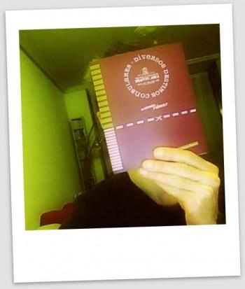 El libro 'Diversos destinos consulares' tapa la cara de Iulius. Se ve la portada.